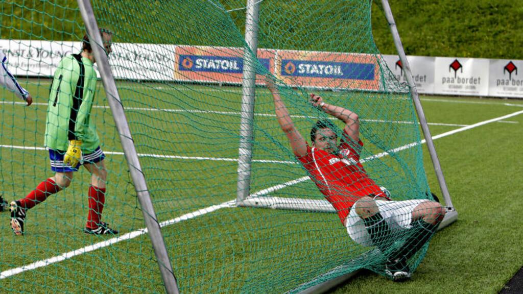 OGSÅ SPILLERE I NETTET:  Ballen gikk i nettet hele elleve ganger i dag, da Norge knuste Danmark i fotball. En av spillerne bommet på en sjanse, og havnet selv i buret. Foto: Lars Eivind Bones/Dagbladet