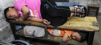 Sover på skolen mens mamma og pappa jobber