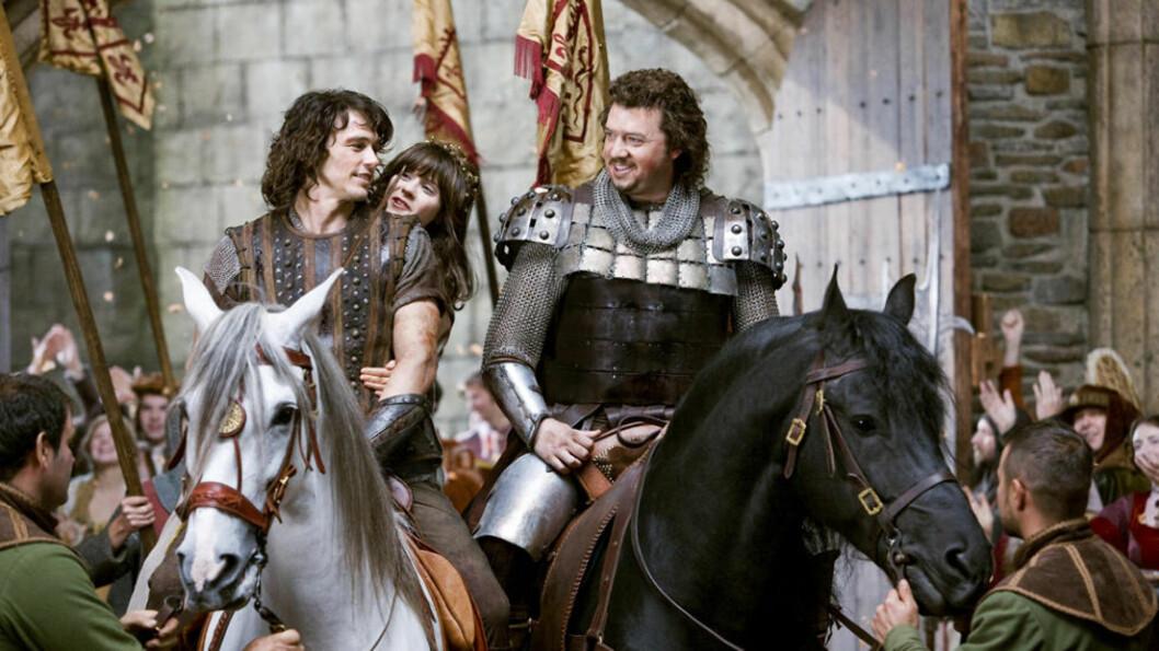 Ut på ridetur James Franco, Zooey Deschanel og Danny McBride koser seg i sadelen. Fra filmen «Your Highness». Foto: Filmweb.