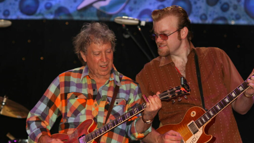 TO GITARISTER: Elvin Bishop (t.v.) og norske Kid Andersen på Legendary Rhythm & Blues Cruise i fjor. I august kommer de begge til Notodden som en del av Elvin Bishop's Raisin' Hell Revue.