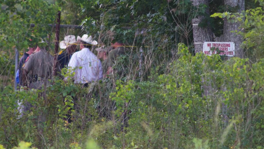 FULL UTRYKKING: Politiet fulgte tipset fra den synske kvinnen og rykket ut på jakt etter massegraven. Foto: REUTERS/Richard Carson/Scanpix