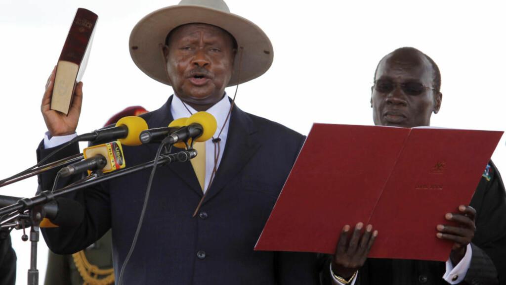 KJØPTE FLY:  Ugandas Yoweri Museveni ble tatt i ed for en ny periode i mai. Han beskyldes for valgfusk i fobindelse med valget tidligere i år, og anklages nå også for å ha kjøpt et privatfly for bistandsmillioner. Foto: Reuters / Edward Echwalu