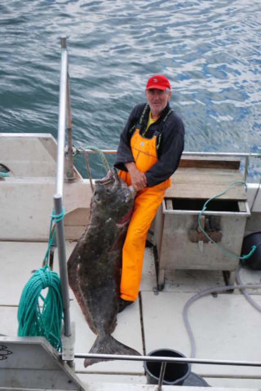 STOLT FISKER:Fjordfisker Tore Hartvik Kristensen fra Rosendal kunne stolt vise fram hannkveiten på 55 kilo. Foto: Leif Stang