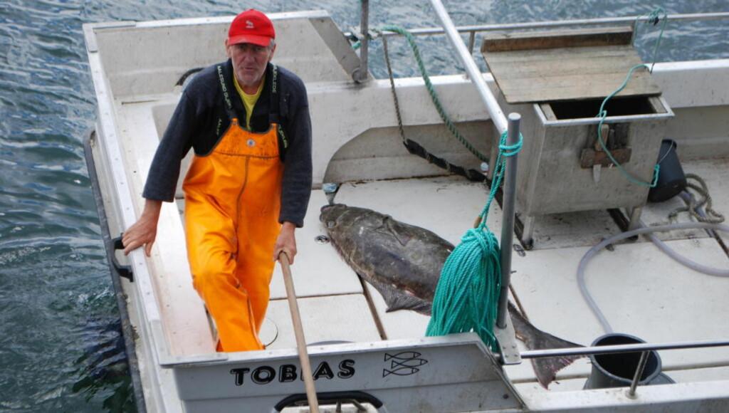 SJELDEN FANGST: Tore Hartvik Kristensen fikk en hannkveite på 55 kilo. Det er tidligere kun registrert en større hannkveite på verdensbasis. Foto: Leif Stang