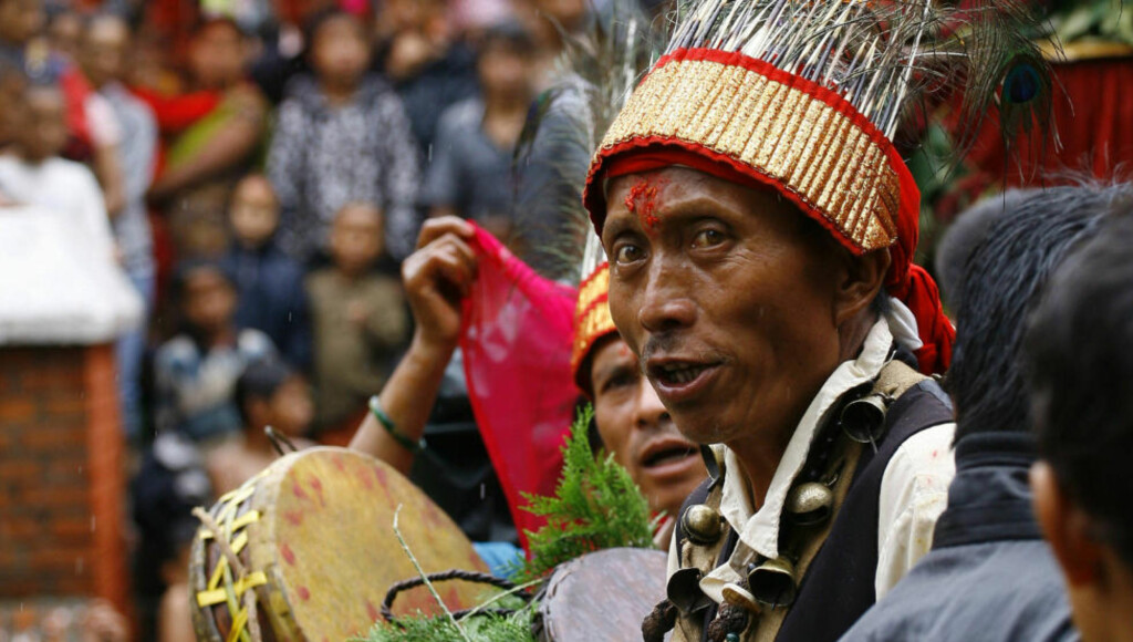 Tar utfordringen: En tradisjonell helbreder i Nepal utfører en renselsesseremoni. «Selv om omfattende forskning tilsier at slike evner ikke finnes, tar vi gjerne utfordringen og stiller opp for å gjøre innledende forsøk», skriver forfatterne. Arkivfoto: Scanpix