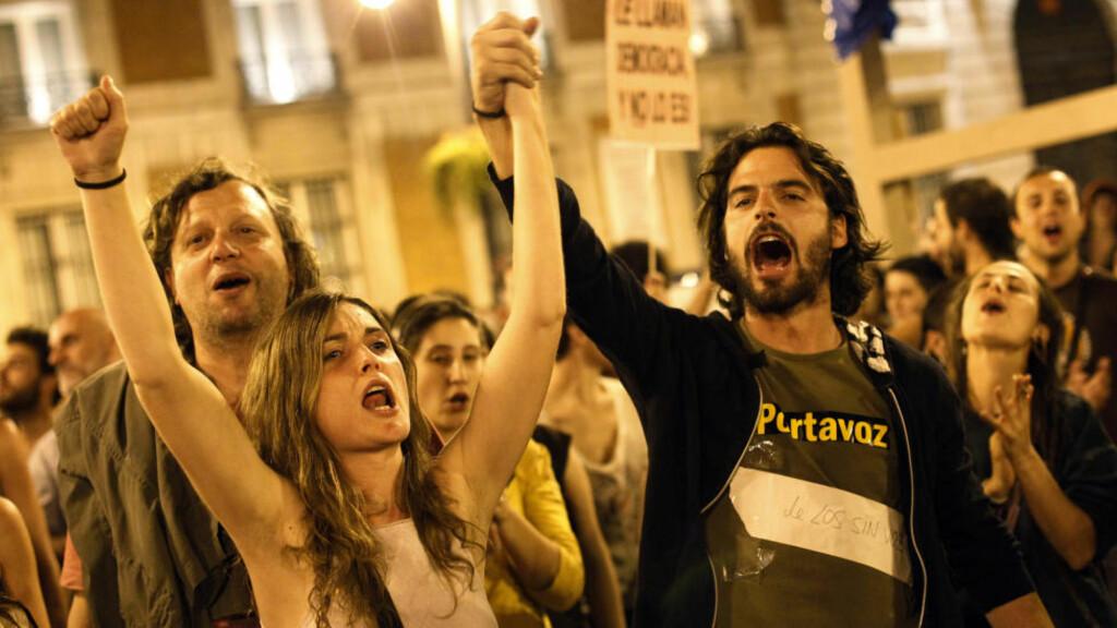 KJEMPER VIDERE: Demonstrantene som har okkupert Puerta del Sol-plassen i sentrum av Madrid siden 15. mai fortsetter kampen selv om teltene er pakket sammen.  REUTERS/Susana Vera