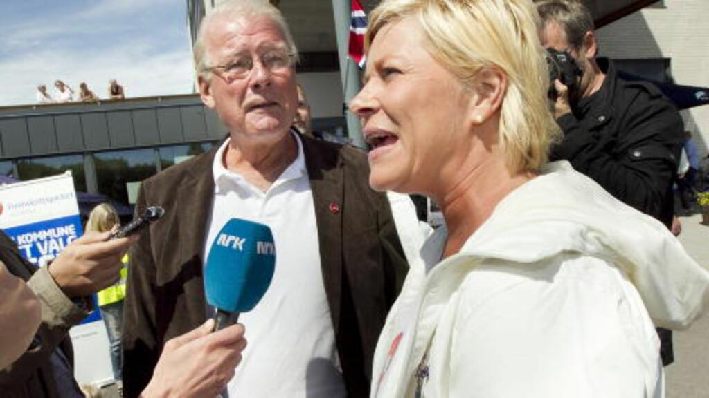 HAGEN OG JENSEN: Carl I. Hagen og Frp-leder Siv Jensen sammen under valkampstarten på torget i Stokke lørdag. Foto: Heiko Junge / Scanpix