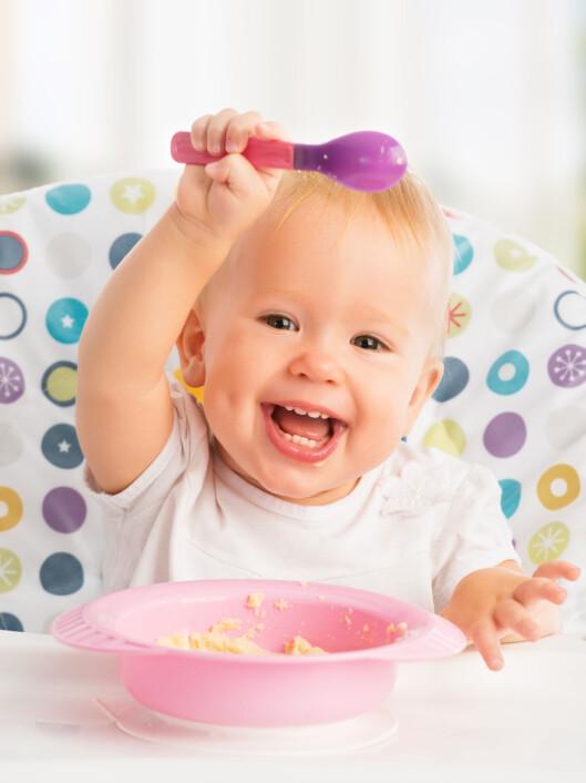 <strong>BEGYNN MED SKJE:</strong> La barnet begynne å spise med skje - og husk at du må tåle litt grisingi. Foto: NTB Scanpix/Shutterstock