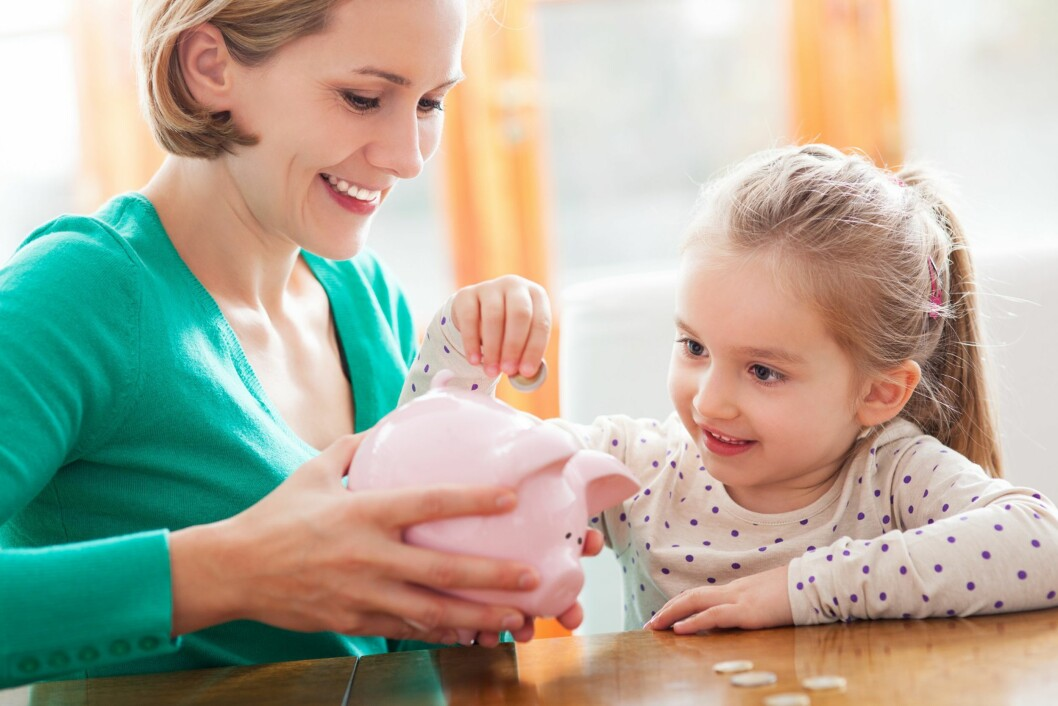 BUDSJETTPRATEN: - Fortell om pengene som kommer inn og pengene som går ut, og hva dere gjør med pengene dere har til overs. Skaff deg en nøyaktig oversikt over hva dere som familie bruker penger på hver måned og gå kronologisk gjennom lista med barnet. Foto: NTB/ Scanpix