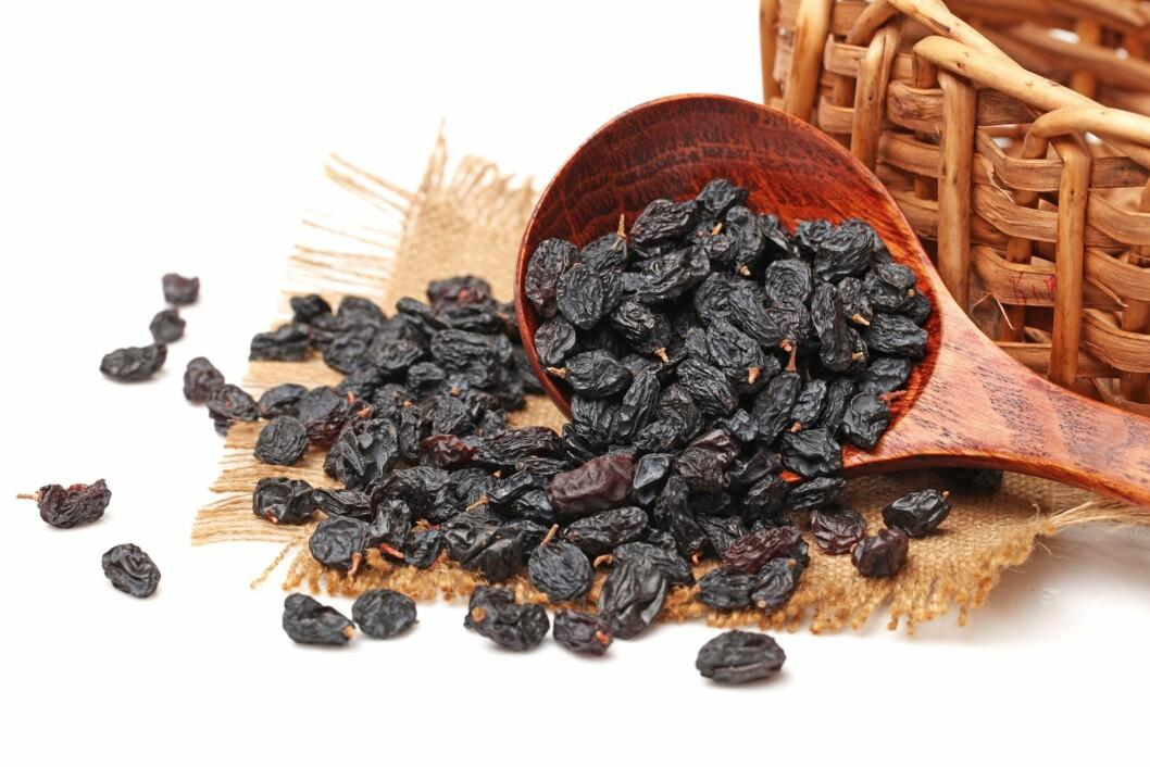 ROSINER: Rosiner inneholder blant annet fiber, kalium, kobber, vitamin B6 og jern, men det anbefales ikke at små barn overstiger et inntak på 60 gram i uken på grunn av rosinens innhold av muggsoppgift. Foto: NTB/ Scanpix