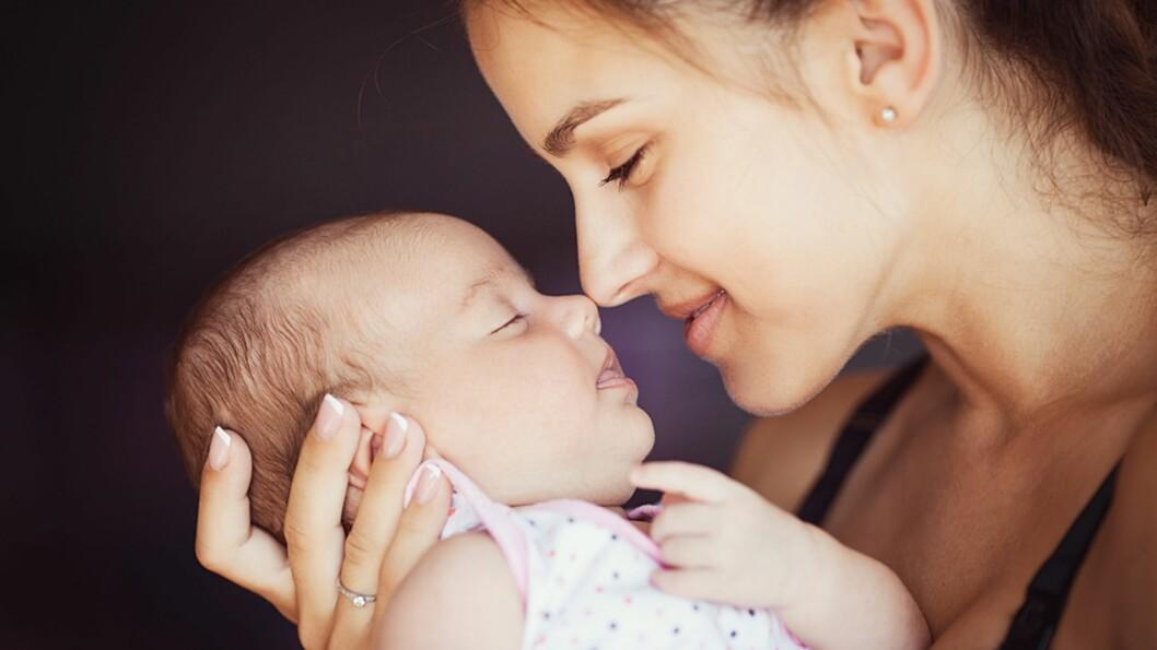 <b>UIMOTSTÅELIG:</b> Det er nesten umulig å ikke snuse litt ekstra på nyfødte babyer - de lukter jo så godt! Foto: NTB Scanpix