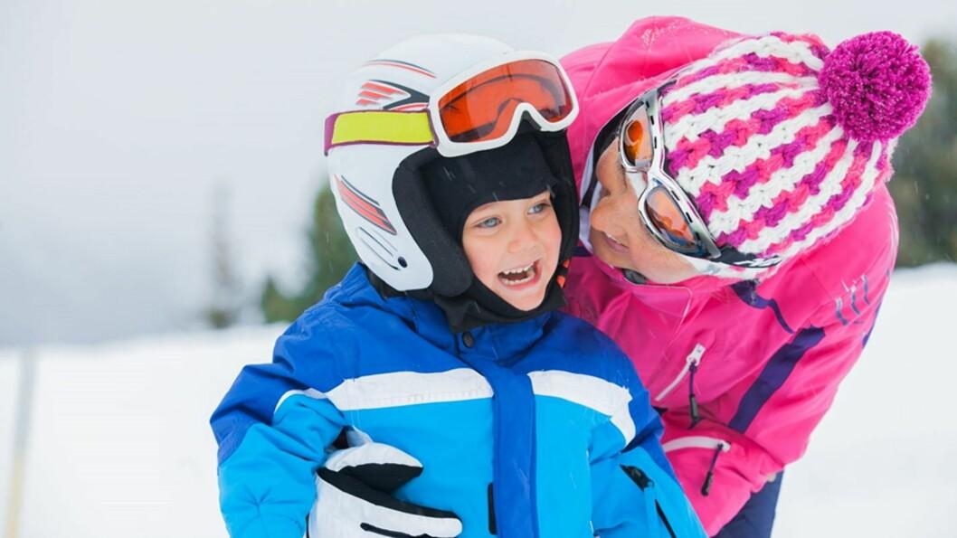<b>ET IKKE UVANLIG SYN I ALPINBAKKEN:</b> Foreldre som sikrer barna, men dropper egen hjelm. Foto: Illustrasjonsfoto - NTB Scanpix