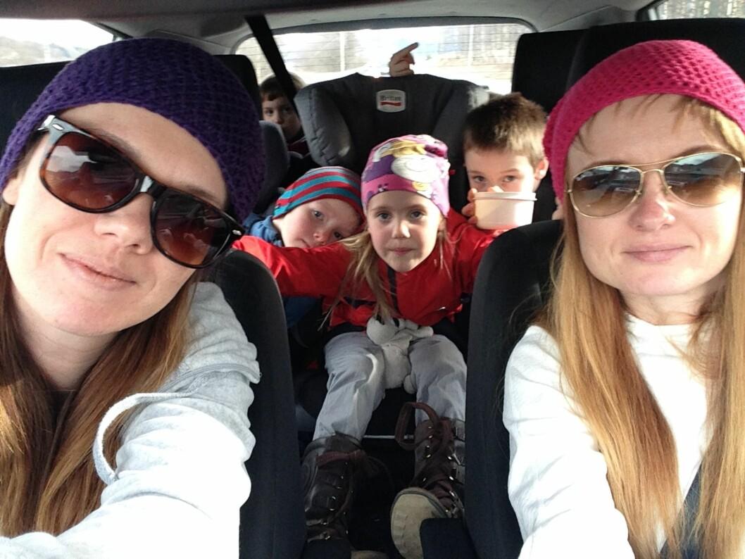 HELE STORFAMILIEN PÅ TUR: Vi kommer ikke til å slutte å reise på ferie sammen, selv om vi deler hjem, forteller søstrene. Foto: Privat