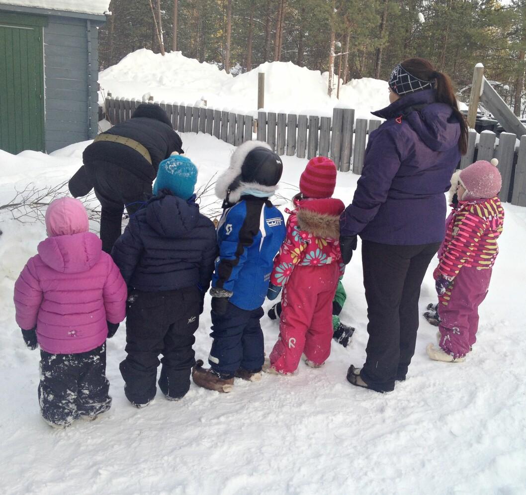 GODT KLEDDE: Lag på lag med ull, reveskinnsluer og skaller på beina er med på å holde barna i Karasjok gode og varme. Foto: Privat