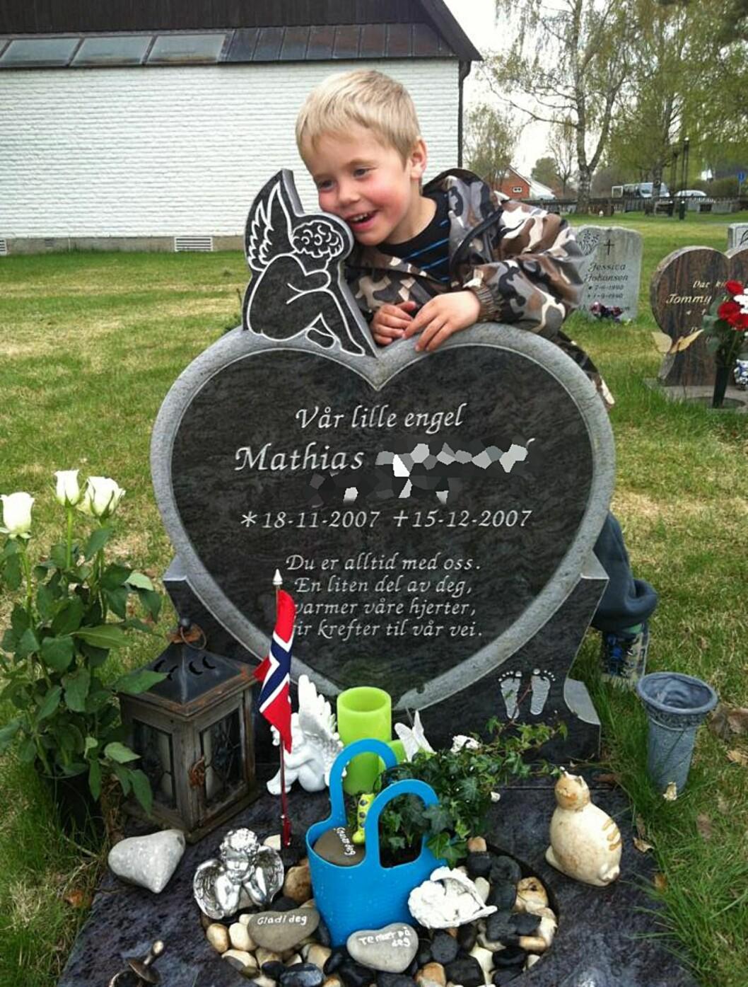 BESØKER GRAVEN: Seks år gamle Sebastian vet godt at han har en storebror. Foto: Privat
