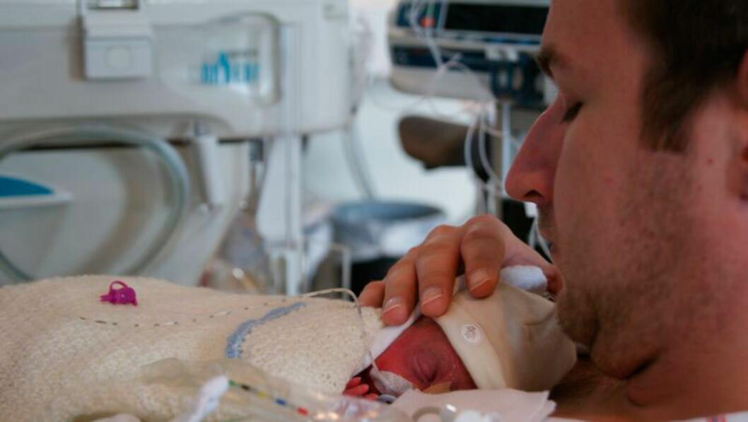 KRISTIAN OG PAPPA: Lange dager på prematuravdelingen. Foto: privat