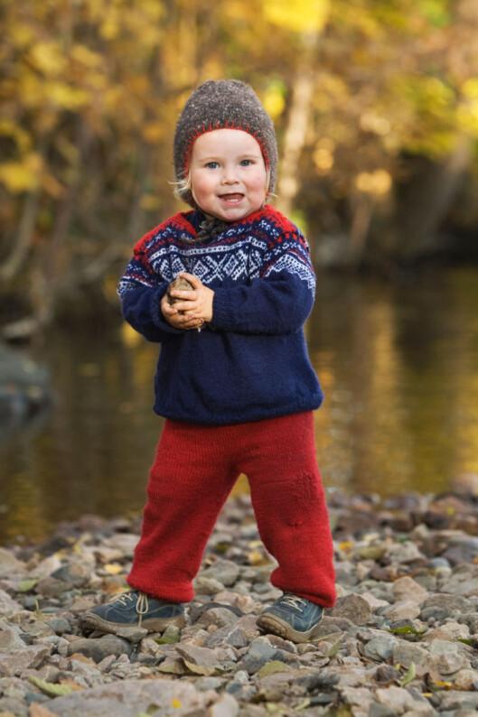 HJEMMESTRIKKET: Norske barn er verdensmestre i ull, her en hjemmestrikket variant. I vind og regn er det viktig med vind- og vanntett tøy utenpå.  Foto: Foto: NTB Scanpix
