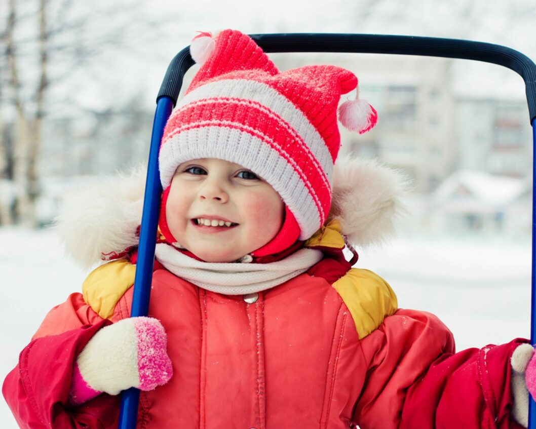 <b>MED LUA PÅ: </b> Når det er kaldt ute, blir man syk om man ikke går med lue på. Eller? Foto: Shutterstock