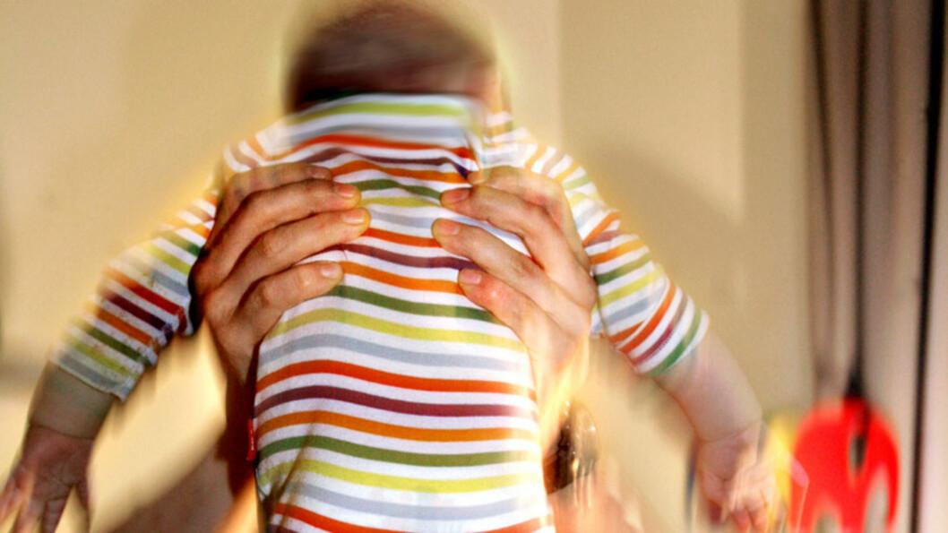 <b>IKKE RIST BARNA DINE:</b> Mange foreldre kan miste besinnelsen når barna gråter og gråter og aldri slutter. Men å riste et lite barn kan føre til alvorlige skader, i verste fall døden. Foto: NTB Scanpix Foto: NTB scanpix
