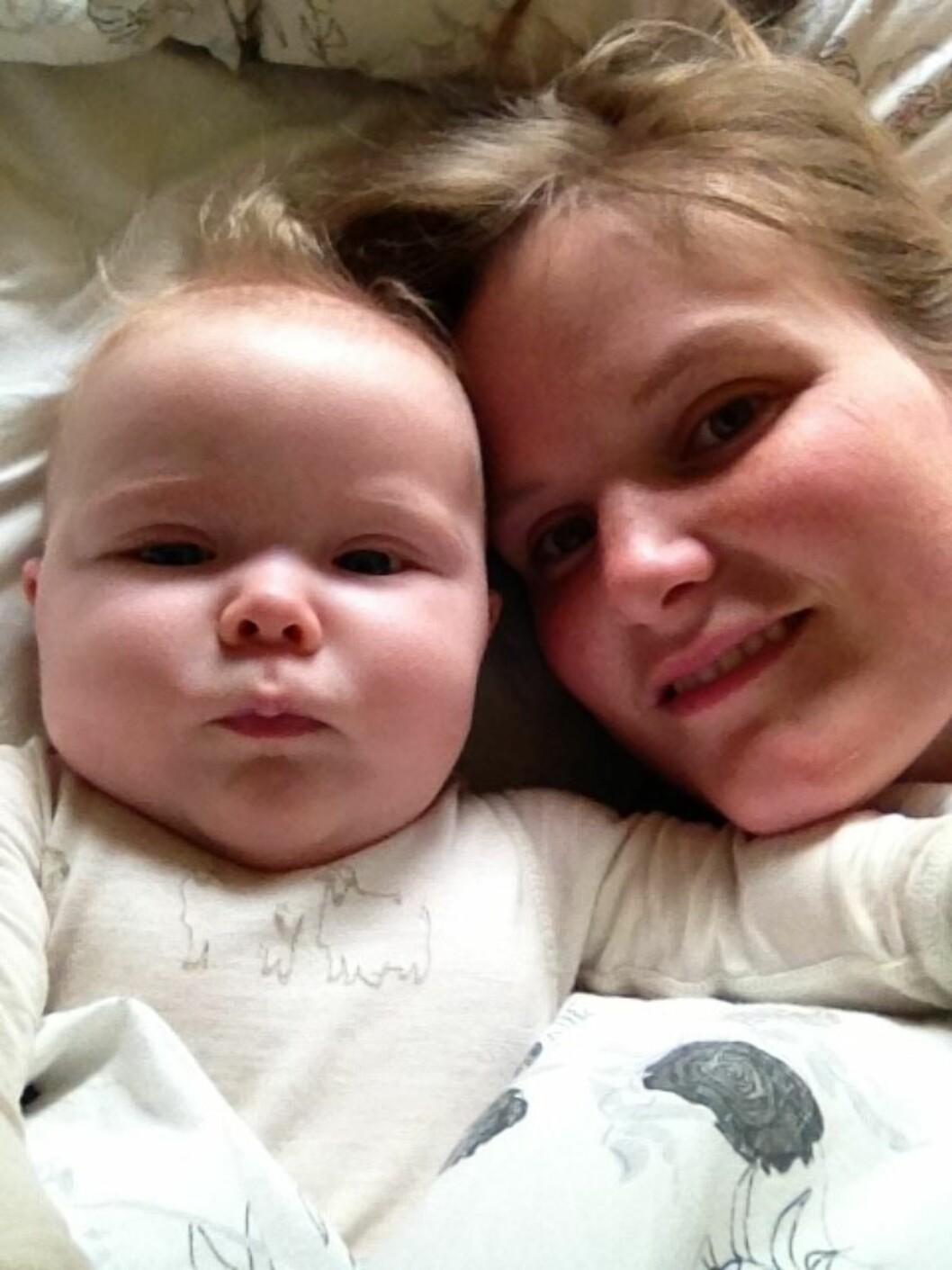 GOD FØDSELSOPPLEVELSE: - Vi hadde en veldig fin opplevelse av å føde i ambulansen, sier Magnhild. Foto: Privat