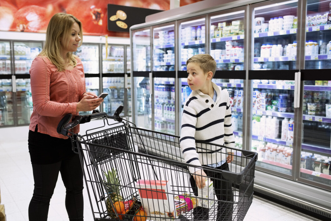 <strong>STOR UTGIFTSPOST FOR FAMILIER:</strong> Fire av ti svarer i en undersøkelse at de kunne ha brukt mindre penger på mat. Foto: NTB Scanpix