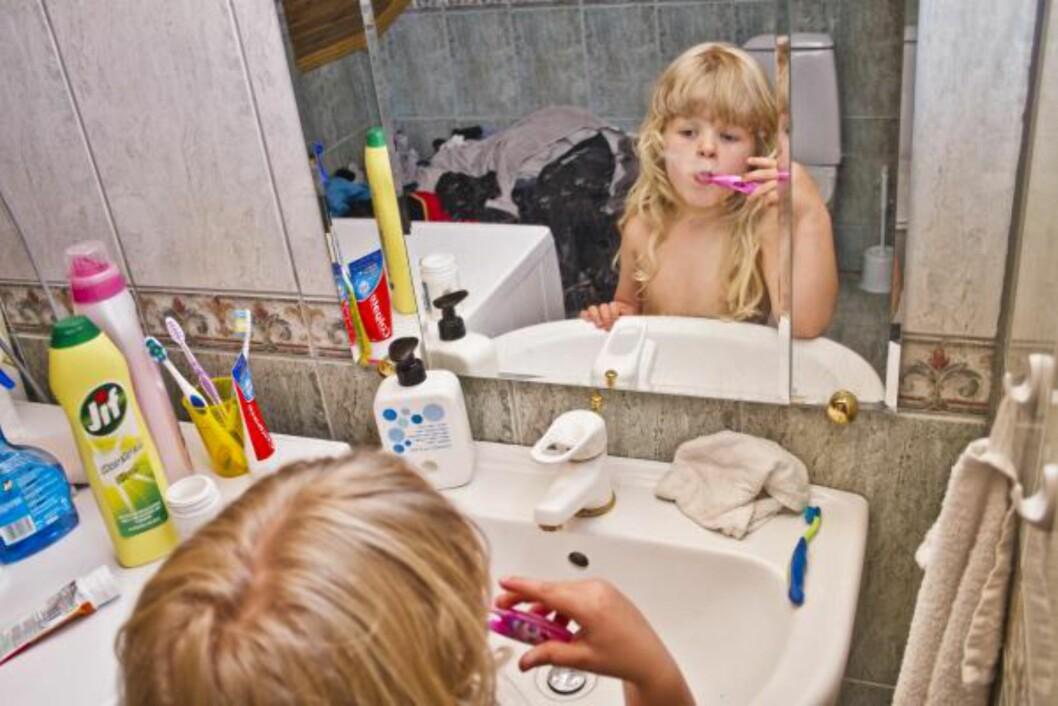 MORGEN OG KVELD: Pussetiden kan ikke reduseres ved bruk av elektrisk tannbørste.Siden 90-tallet har salget av elektriske tannbørster økt betraktelig, og i de senere årene har det blitt lansert stadig flere modeller beregnet for barn. Foto: NTB scanpix