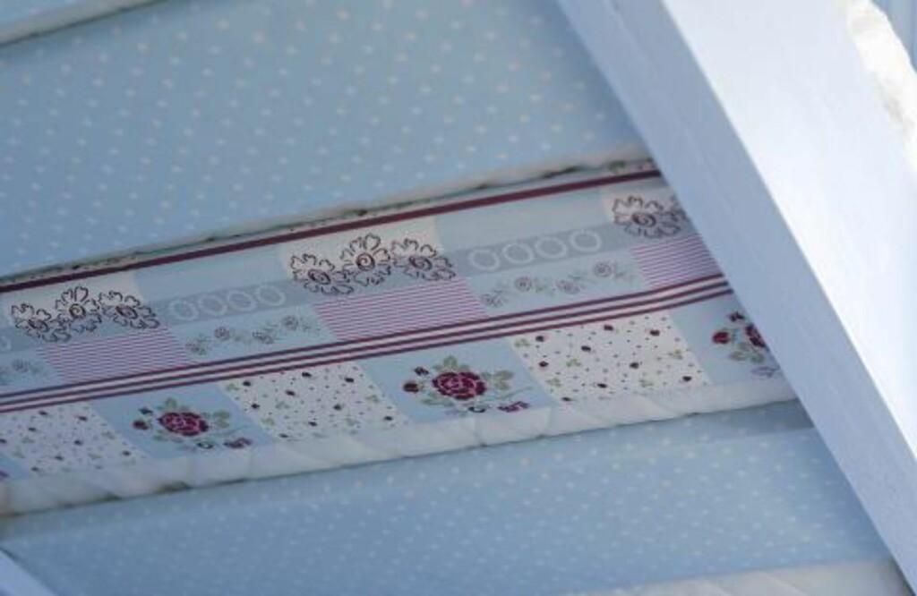 ORIGINAL DEKOR: Ved å dekke sengebjelkene med tapet eller tekstil får du en dekorativ effekt Foto: Per Erik Jæger