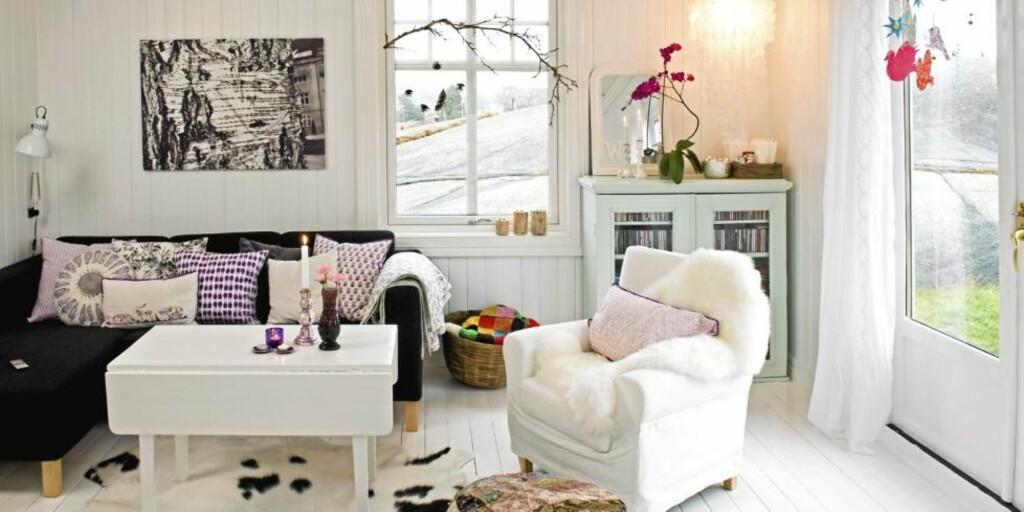 PERSONLIG INTERIØR: Gamle møbler som har blitt fornyet, personlige gjenstander og veggdekor er med på å skape et personlig interiør. Foto: Bård Jørgensen