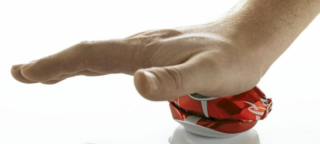 VANSKELIG Å SLUTTE: Det kan være vanskelig å slutte med colaen, hvis du først er blitt avhengig. Illustrasjonsfoto: www.colourbox.com
