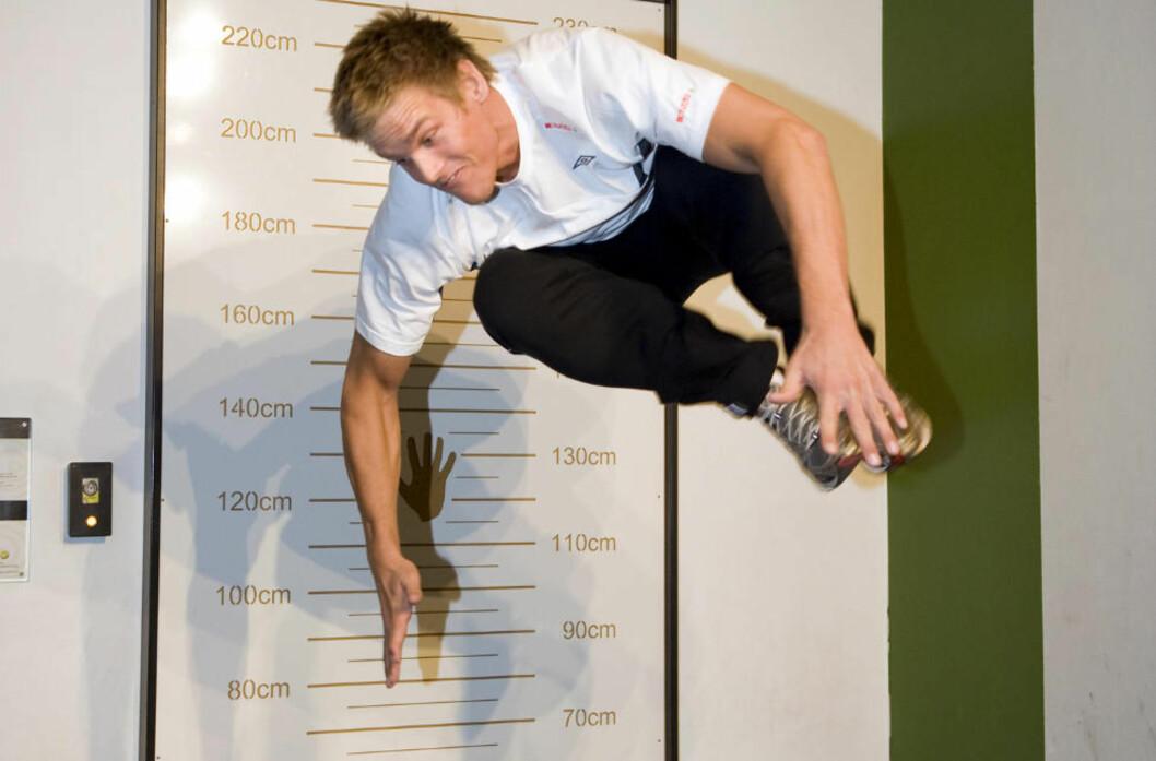 <strong>LUFTIG SVEV:</strong> Espen Lie Hansen hoppet høyest av landslagsgutta på VilVite-senteret i Bergen før EM-kvaliken mot Nederland i fjor høst. Foto: TOR ERIK H. MATHIESEN/SCANPIX
