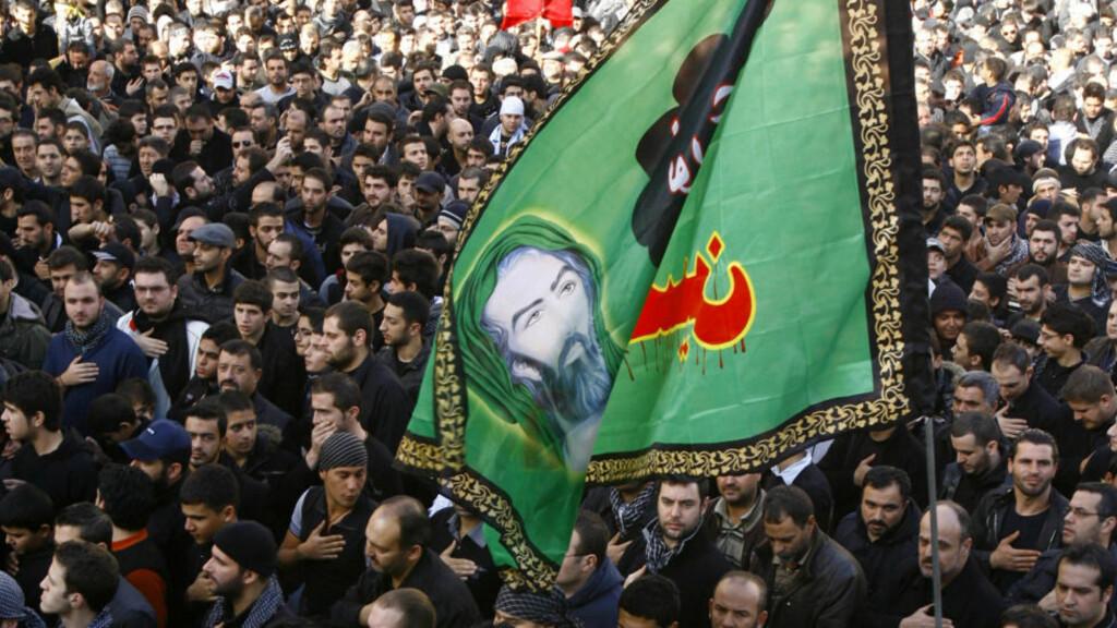 TREKKER SEG:  Hizbollah-tilhengere demonstrerer i Beirut i desember. Nå trekker bevegelsen og dens allierte seg fra regjeringen. Foto: REUTERS / Khalil Hassan / SCANPIX