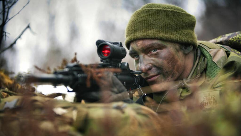 BLIR SYKE: Soldatene blir syke av å skyte med forsvarets nye standardrifle, HK416. Årsaken er avgassene til den nye miljøammunisjonen som gir akutte helseplager som kan vare i dagesvis. Foto: Forsvaret