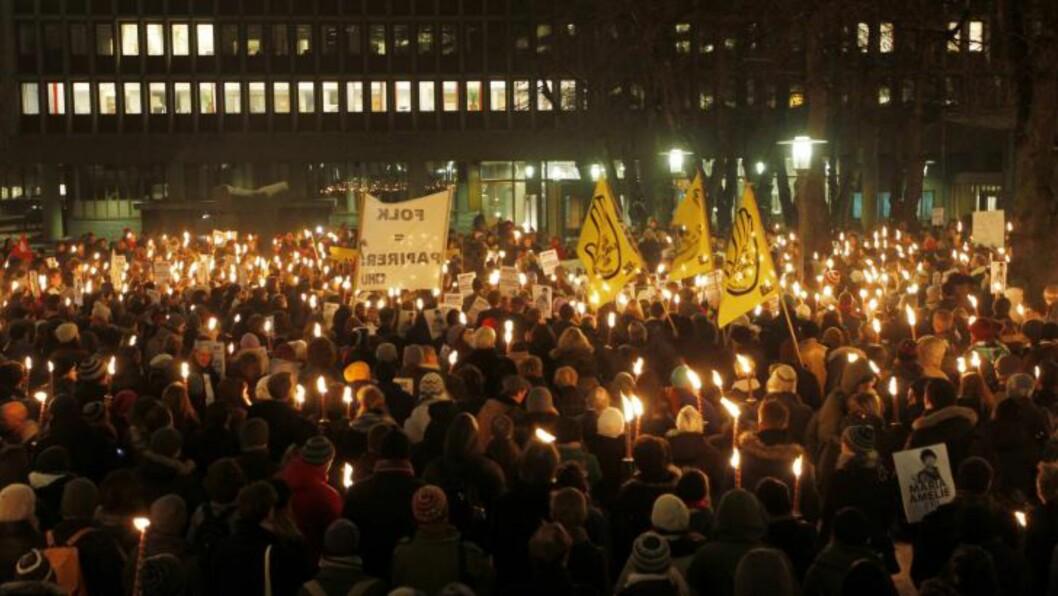 <strong>STORT OPPMØTE:</strong>  Flere hundre mennesker har møtt opp foran Justisdepartementet i Oslo for å vise sin støtte for Maria Amelie i kveld. Foto: Scanpix