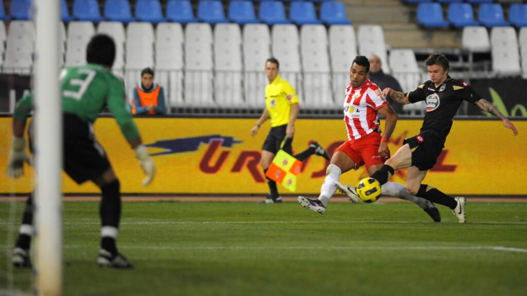UHELDIG: Knut Olav Rindarøy var sist på bortelagets vinnermål da Deportivo tapte for Almeria i cupkampen i kveld.Foto: SCANPIX/AFP/ JORGE GUERRERO