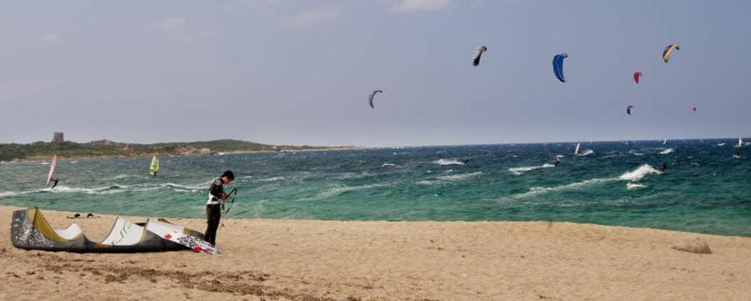 SARDINIA: Meld deg på kitekurs på Sardinia, øya som er kjent for alltid å ha bra vind. Foto: JOHN T. PEDERSEN