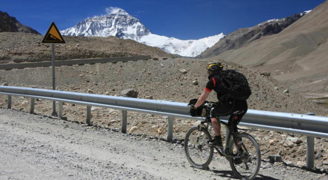 HIMALAYA: Tre ukers sykkeltur fra Tibet til Katmandu via Mount Everest, for veltrente i alle aldrer. Her med Mount Everest i sikte. Foto: Indian Adventures