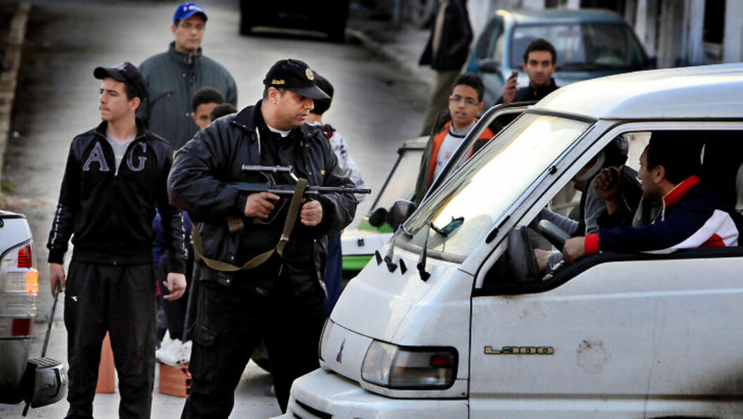 <strong>JAKTER VÅPEN:</strong>  Alle biler blir kontrollert, og politiet samarbeider med aksjonistene om å kontrollere biler på jakt etter våpen. Foto: Jacques Hvistendahl (Dagbladet)