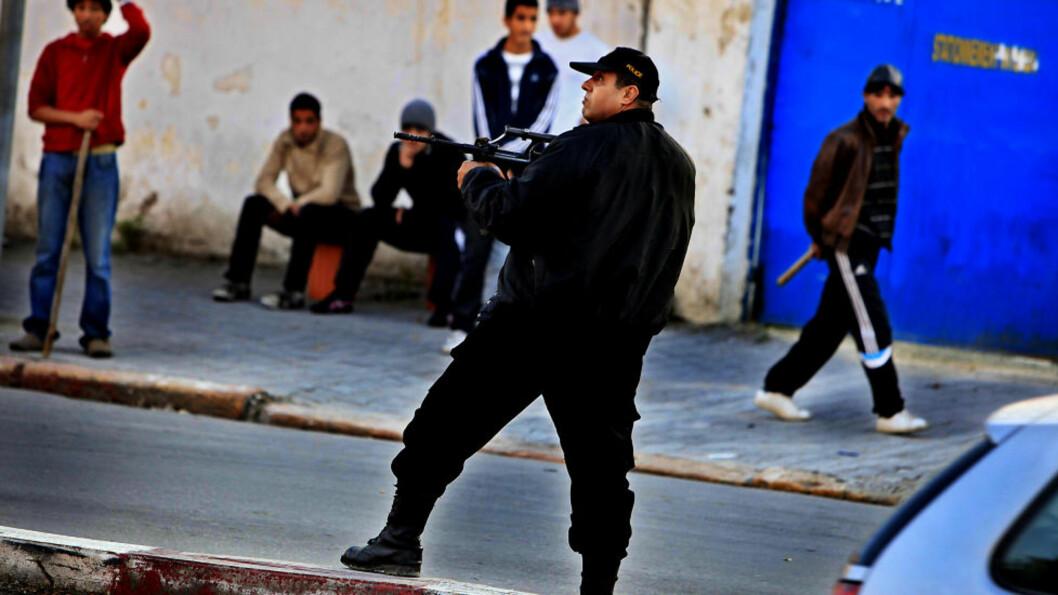 <strong>VOKTER GATENE:</strong> I Tunis ligger nå makta i  gatene, hos soldatene, politifolkene og i de unge mennenes borgervern. I store deler av byen vokter borgervernet gatene med stokker og jernstenger. Foto: Jacques Hvistendahl (Dagbladet)
