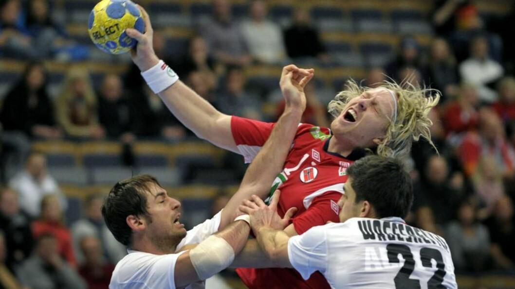 <strong>FIKK JULING:</strong> Erlend Mamelund blir her slått i ansiktet av Bernd Friede. Soleklart rødt, mener Mamelund. Foto: JANERIK HENRIKSSON/SCANPIX