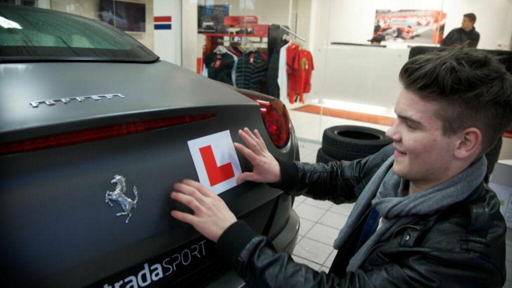 KLAR FOR TUR: Nordvik håper å få lappen i mars, men inntil videre må selv en Ferrari utstyres med en L når han skal ut på tur. Foto: Eirik Helland Urke