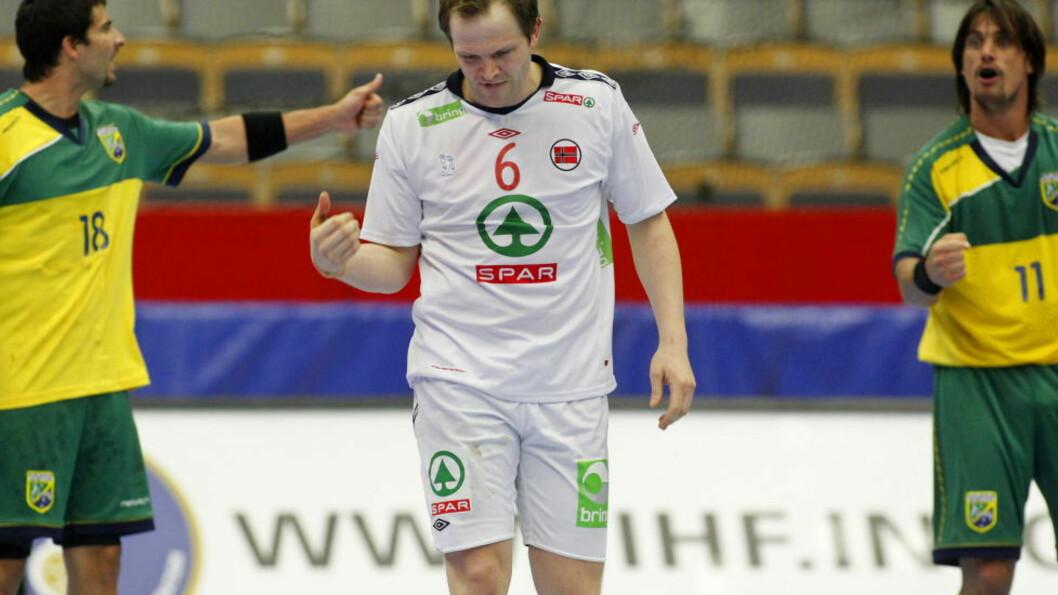 <strong>HJEM:</strong> Kjetil Strand blir byttet ut med en frisk spiller. Foto: Håkon Mosvold Larsen / Scanpix