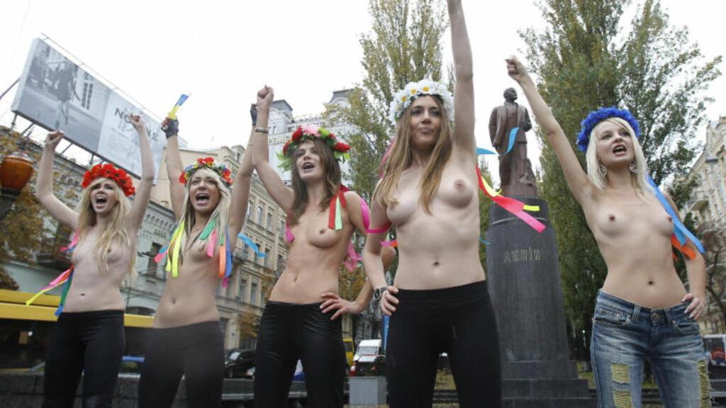 MOTSTANDERE AV RUSSLAND: Kvinnene fra Femen demonstrerer foran en Lenin-statue i Kiev. Foto:  Reuters/Gleb Garanich/Scanpix
