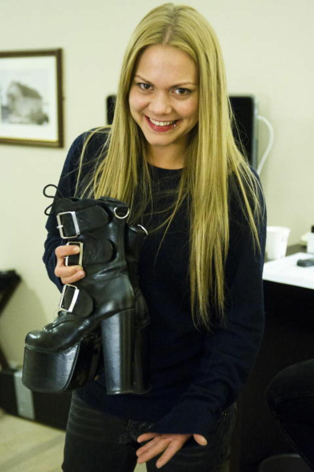 <strong>HØYE HÆLER:</strong> Isabella Leroy er fortsatt i tvil om hun skal bruke disse hælene på scenen i kveld. Foto: Håkon Eikesdal