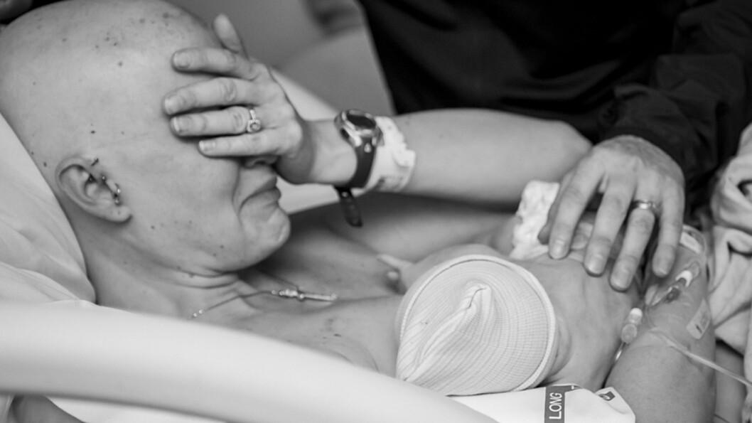 <b>MED SIN NYFØDTE SØNN: </b>Tidlig i graviditeten oppdaget Sarah at hun hadde en klump i brystet. Foto: Kate Murray Photography