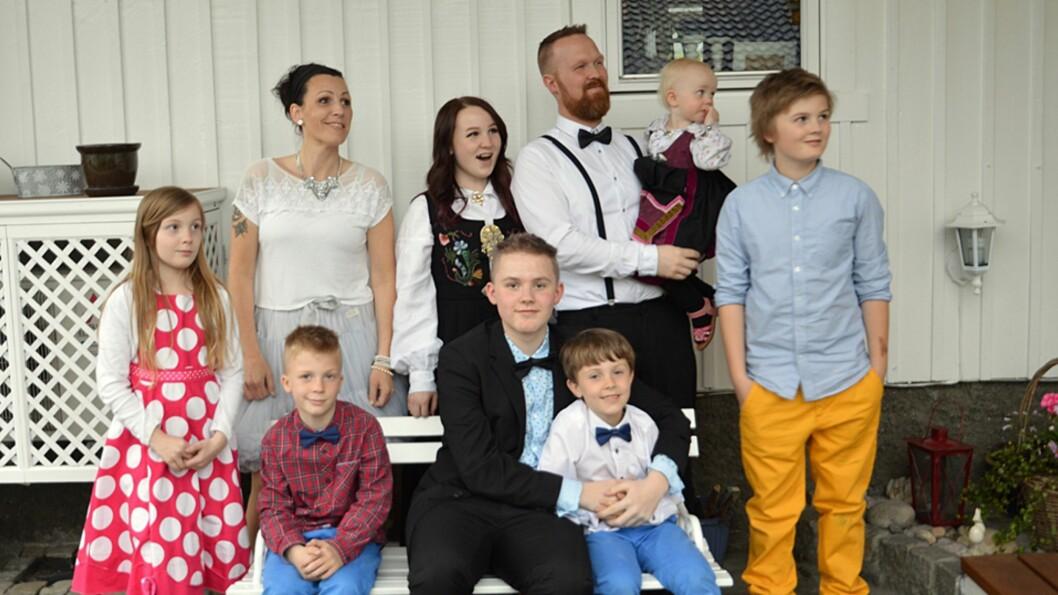 <b>STOR FAMILIE:</b>Mamma Helena (39), Nelly (16), Pappa Frode (39) med Dorotea (22mnd) på armen, Leander (12), Fiorella (10), Konstantin (8), Ferdinand (15), Sokrates (7). Abelone (18) var ikke med på bildet. Foto: Privat