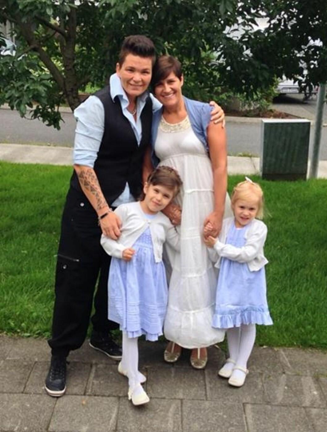 <strong>SAMME DONOR MEN FORSKJELLIG MOR:</strong> Dagny og Carina valgte å bære frem hvert sitt barn fra samme donor. Her sammen med døtrene Freyja Sól og Andrea Eik. Foto: Privat
