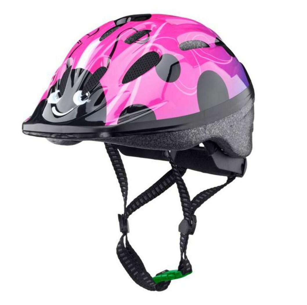GRØNN SPENNE: I Sverige anbefaler man denne typen hjelmer til barn under syv år. Foto: Biltema.se