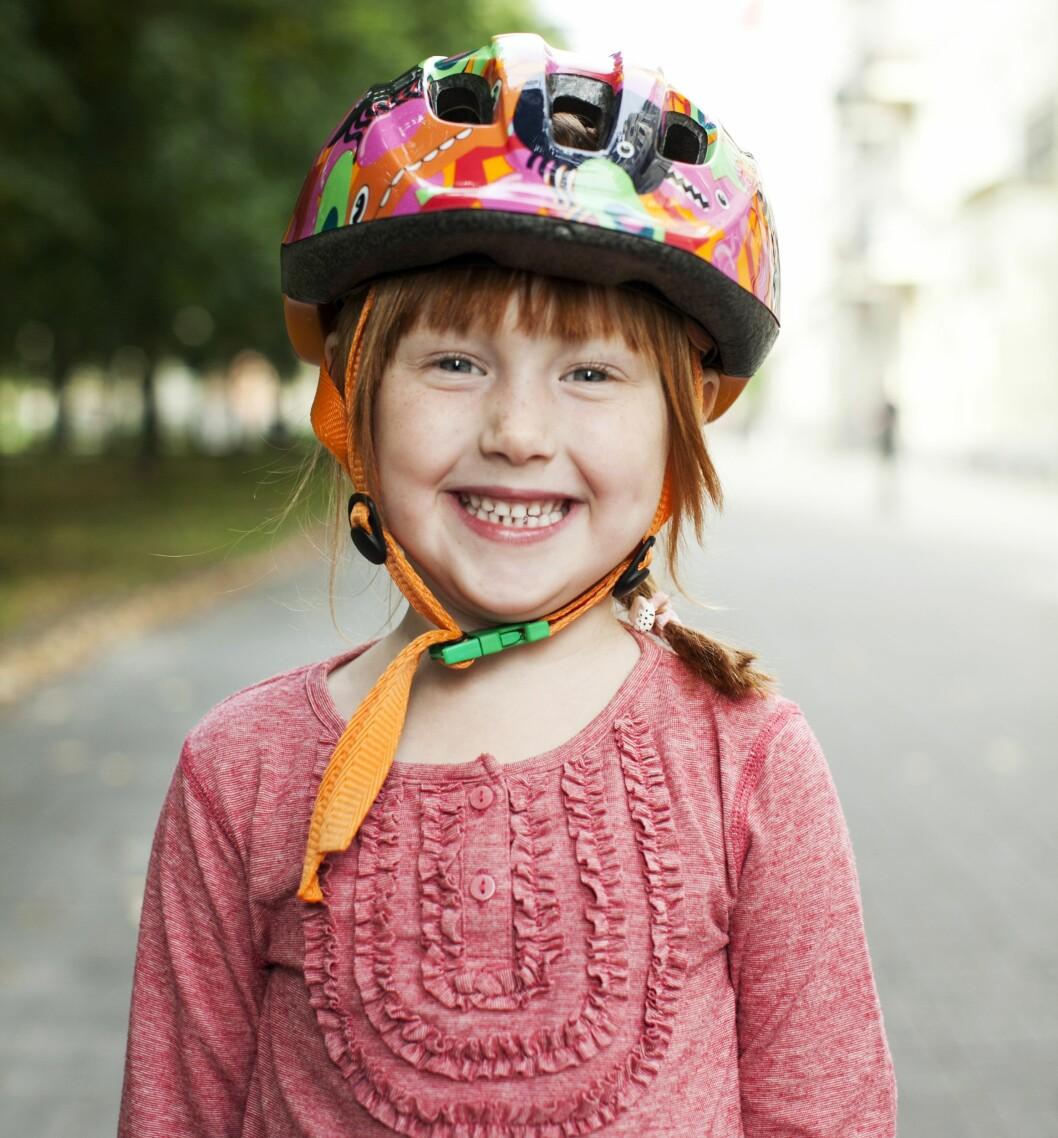 BEREGNET TIL LEK: Hjelmer med grønn spenne selges i Norge primært som lekehjelmer og ikke sykkelhjelmer. Foto: Lina Arvidsson / NTB Scanpix