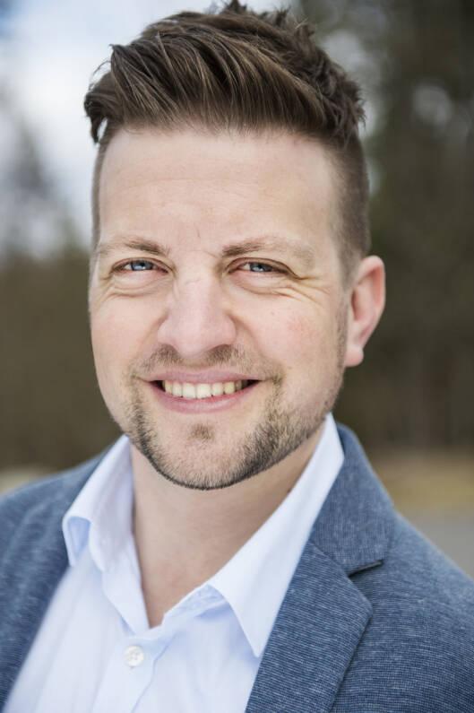 SKEPTISK: Andreas Handeland i NAF mener at ikke alle holdere for nettbrett i bil er like gode.  Foto: Benjamin A. Ward / NAF