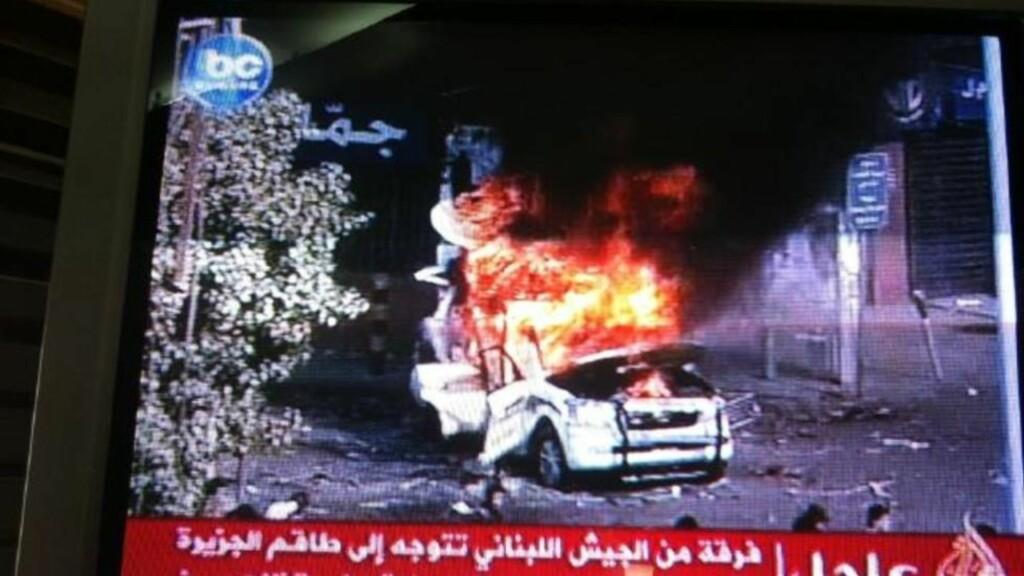 I FLAMMER: Dette TV-bildet arabiske Al Jazeera viser en av TV-kanalens biler gå opp i flammer. Foto: Sultan Al Qassemi